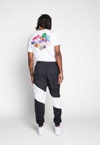 Jordan - WINGS DIAMOND PANT - Spodnie treningowe - black/white - 2