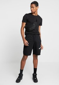 Jordan - M J JUMPMAN FLC SHORT - Shorts - black/white