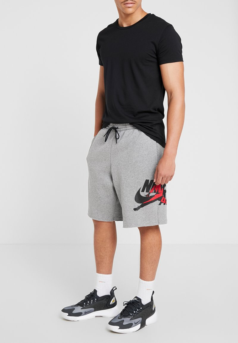 Jordan - JUMPMAN CLASSICS  - Pantalones deportivos - carbon heather/black/gym red