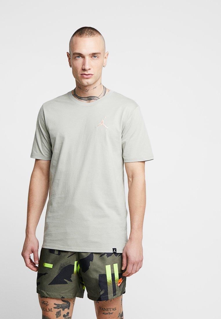 Jordan - JUMPMAN AIR TEE - Basic T-shirt - spruce fog/crimson tint