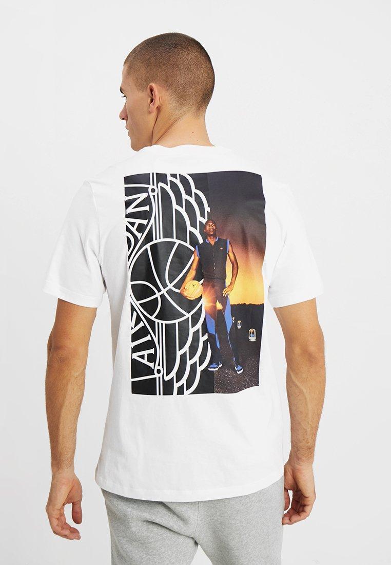 Jordan - WINGS PHOTO TEE - Camiseta estampada - white
