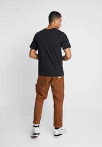 Jordan - CREW - T-shirt med print - black/white - 2
