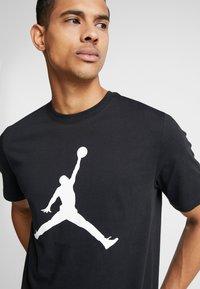 Jordan - CREW - T-shirt med print - black/white - 4
