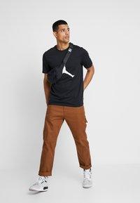 Jordan - CREW - T-shirt med print - black/white - 1