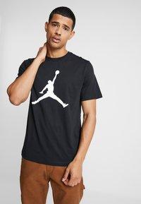 Jordan - CREW - T-shirt med print - black/white - 0