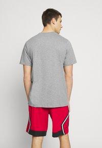 Jordan - M J JM SS CREW - Print T-shirt - carbon heather/black - 2