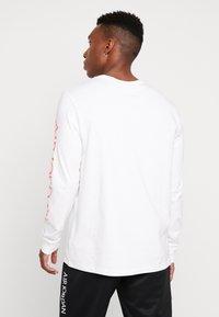 Jordan - CLASSICS CREW - Longsleeve - white/metallic silver/infrared - 2