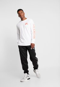 Jordan - CLASSICS CREW - Longsleeve - white/metallic silver/infrared - 1