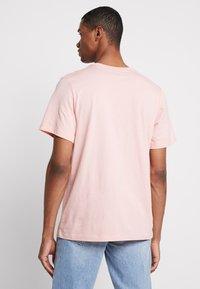 Jordan - JUMPMAN FLIGHT CREW - T-shirt con stampa - coral stardust - 2