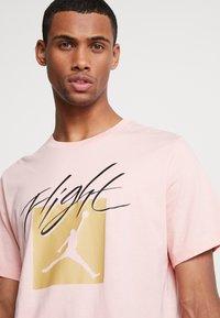 Jordan - JUMPMAN FLIGHT CREW - T-shirt con stampa - coral stardust - 4