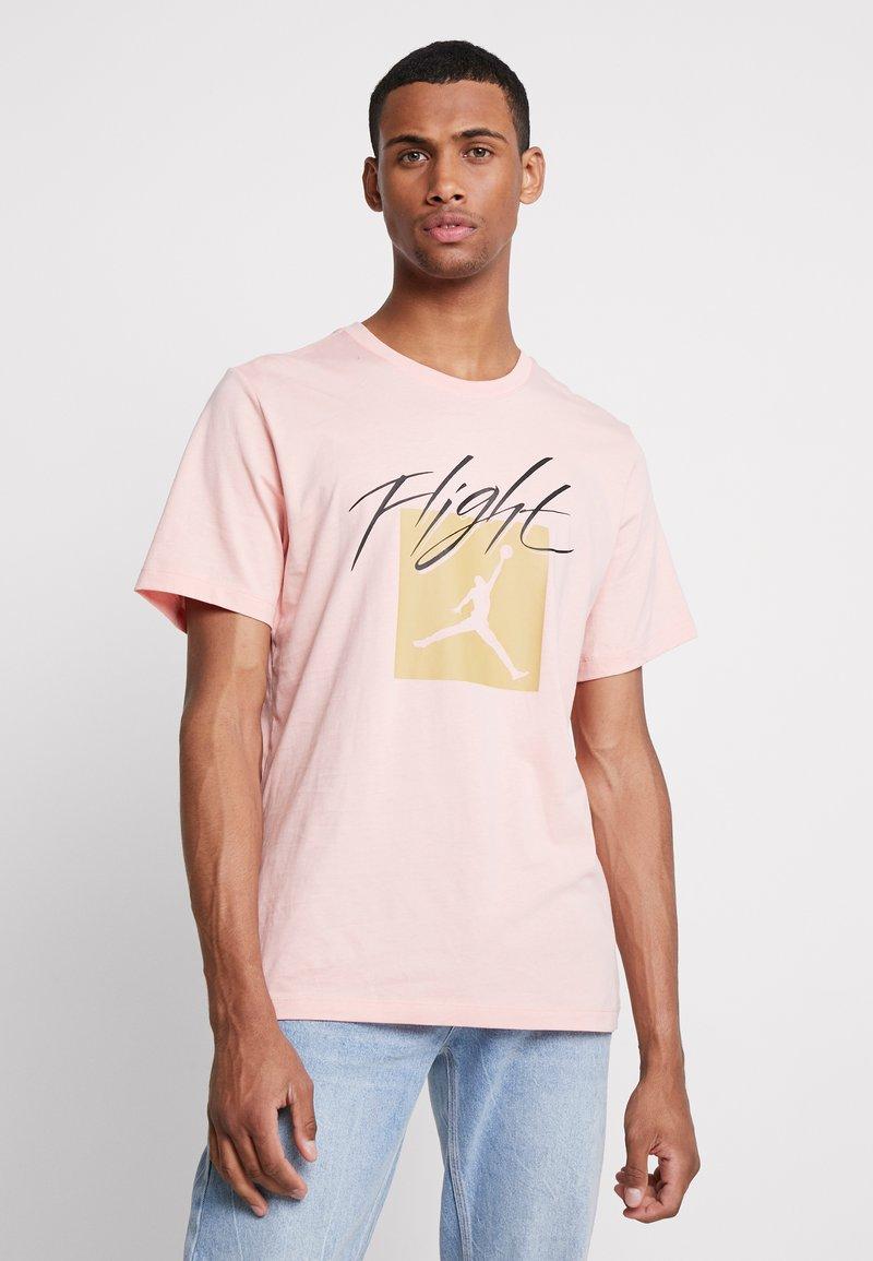 Jordan - JUMPMAN FLIGHT CREW - Camiseta estampada - coral stardust
