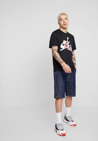 Jordan - CLASSICS  CREW - T-shirt print - black/gym red - 1