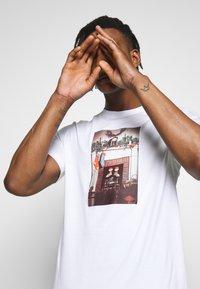Jordan - CHIMNEY - T-shirt con stampa - white - 4