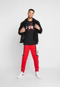 Jordan - JUMP CREW - T-shirt med print - black/gym red - 1