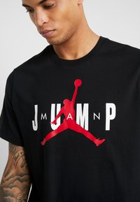 Jordan - JUMP CREW - T-shirt med print - black/gym red - 4