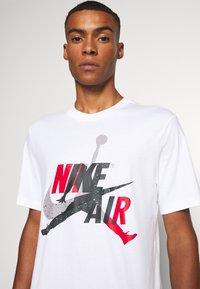 Jordan - M J JM CLASSICS  - T-shirt con stampa - white/red - 4