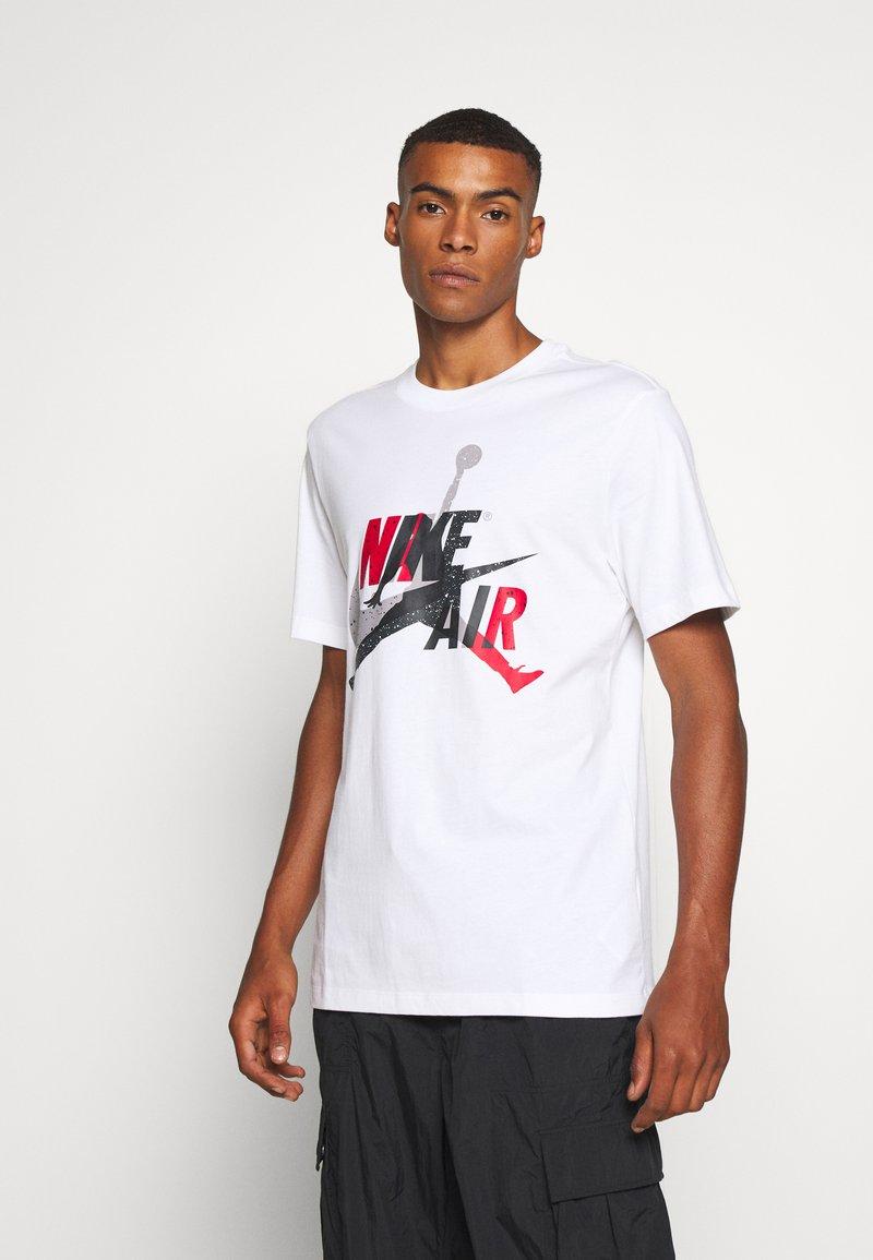 Jordan - M J JM CLASSICS  - T-shirt con stampa - white/red