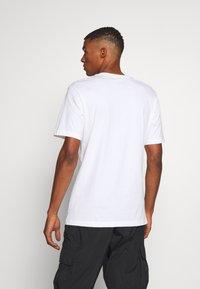 Jordan - M J JM CLASSICS  - T-shirt con stampa - white/red - 2