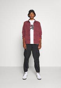Jordan - M J JM CLASSICS  - T-shirt con stampa - white/red - 1