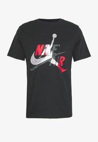 Jordan - M J JM CLASSICS  - T-shirt con stampa - black/gym red - 4