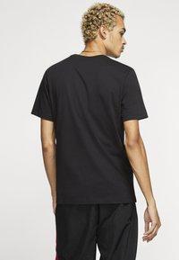 Jordan - M J JM CLASSICS  - T-shirt con stampa - black/gym red - 2