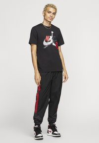 Jordan - M J JM CLASSICS  - T-shirt con stampa - black/gym red - 1