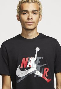 Jordan - M J JM CLASSICS  - T-shirt con stampa - black/gym red - 3