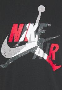 Jordan - M J JM CLASSICS  - T-shirt con stampa - black/gym red - 5