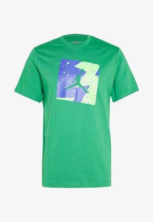 M J POOLSIDE CREW - Camiseta estampada - aloe verde