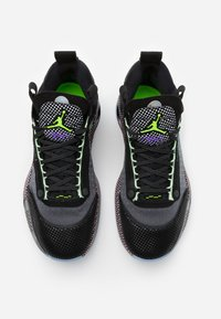 Jordan - AIR XXXII - Koripallokengät - black/white/vapor green/bleached coral - 3