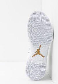 Jordan - JUMPMAN DIAMOND LOW - Basketbalové boty - white/metallic gold - 4