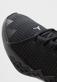 Jordan - JUMPMAN DIAMOND LOW - Basketball shoes - black/white - 5