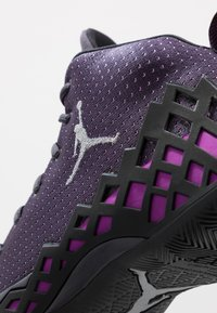 Jordan - JUMPMAN DIAMOND MID - Obuwie do koszykówki - gridiron/metallic silver/black/hyper violet - 5