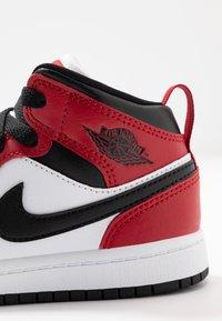 Jordan - JORDAN 1 MID SCHUH FUR JUNGERE KINDER - Tenisky - black/gym red - 6