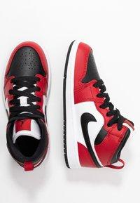 Jordan - JORDAN 1 MID SCHUH FUR JUNGERE KINDER - Tenisky - black/gym red - 1