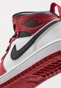 Jordan - 1 MID - Basketbalschoenen - white/gym red/black - 2