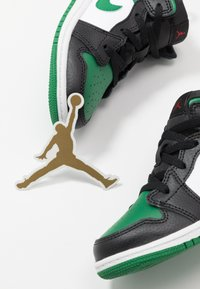 Jordan - 1 MID - Basketbalschoenen - black/pine green/white/gym red - 6
