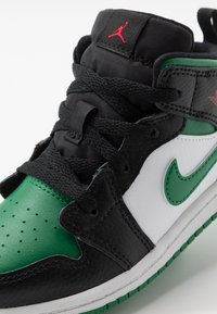 Jordan - 1 MID - Basketbalschoenen - black/pine green/white/gym red - 2