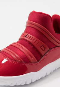 Jordan - 11 RETRO LITTLE FLEX - Zapatillas de baloncesto - gym red/black/white - 2