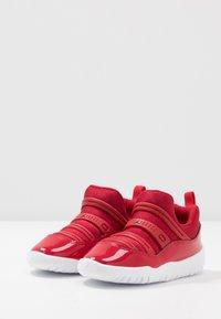 Jordan - 11 RETRO LITTLE FLEX - Zapatillas de baloncesto - gym red/black/white - 3