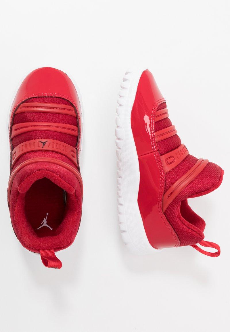 Jordan - 11 RETRO LITTLE FLEX - Zapatillas de baloncesto - gym red/black/white
