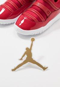 Jordan - 11 RETRO LITTLE FLEX - Zapatillas de baloncesto - gym red/black/white - 6