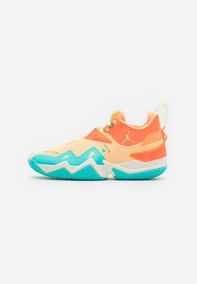 WESTBROOK ONE TAKE - Basketballschuh - melon tint/light liquid lime/hyper crimson