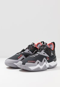 Jordan - WESTBROOK ONE TAKE - Koripallokengät - black/white/cement grey/bright crimson - 3