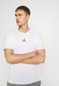 Jordan - ALPHA DRY - T-shirts med print - white/gym red/black - 2