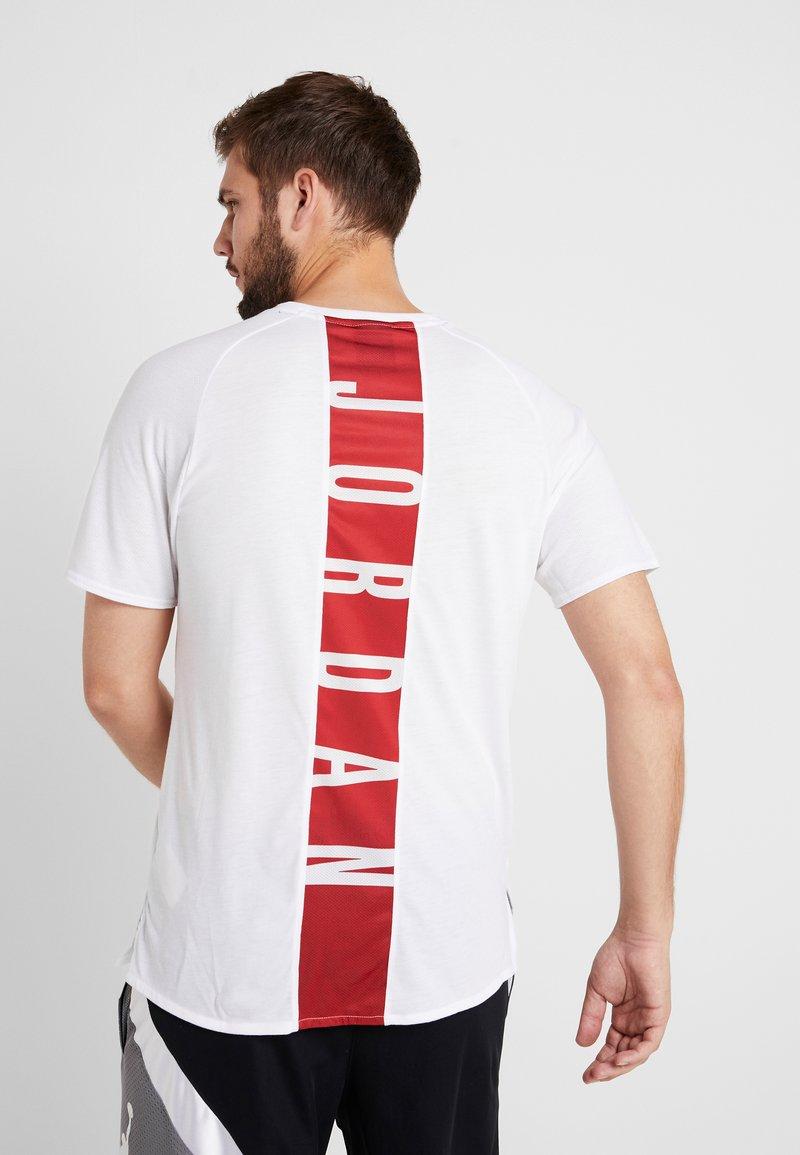 Jordan - ALPHA DRY - T-shirt med print - white/gym red/black