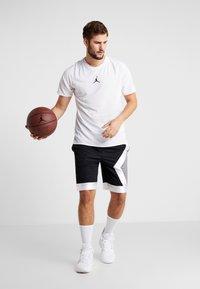 Jordan - ALPHA DRY - T-shirt med print - white/gym red/black - 1