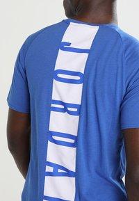 Jordan - ALPHA DRY - T-shirt imprimé - game royal/white - 5