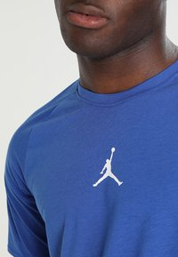 Jordan - ALPHA DRY - T-shirt imprimé - game royal/white - 3