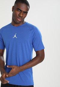 Jordan - ALPHA DRY - T-shirt imprimé - game royal/white - 2